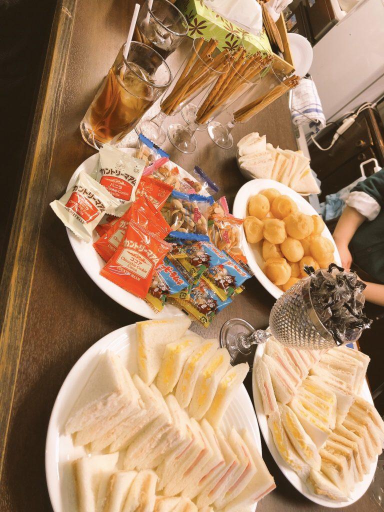 美味しいお菓子や飲み物もご用意してます。